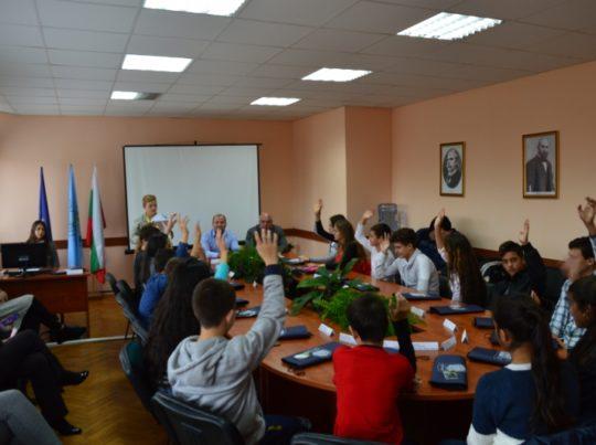 Седмокласници от Вършец влязоха в ролята на общински съветници