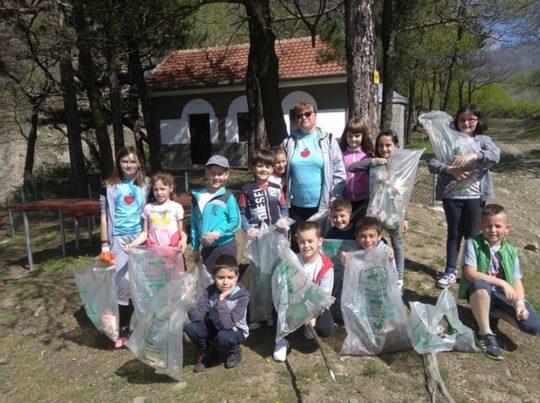 Първокласници от Златица почистиха околностите на Спасовото кладенче